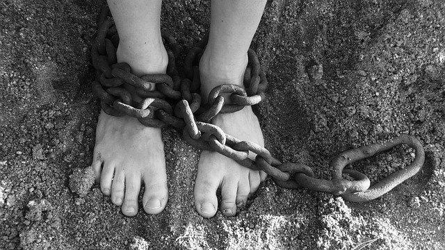 pies encadenados sin zuecos de enfermeras